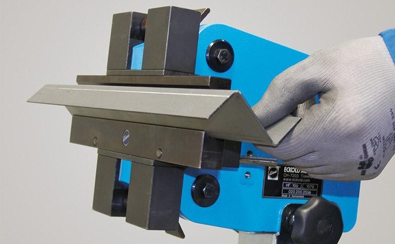 Ohraňování plechu ručním tvářečem